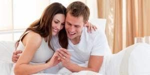 casal-olhando-teste-de-gravidez-10332